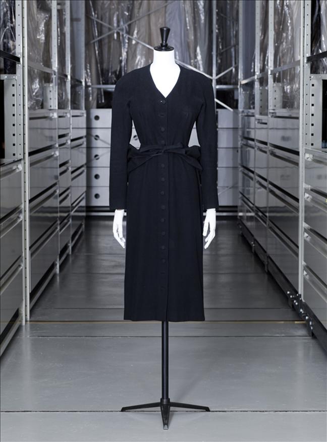 Cristobal Balenciaga (1937-1968). Ensemble de jour, robe et pouf amovible. Crêpe de laine. Collection Automne-hiver 1940-1941. Don de Mesdemoiselles Agassir. Galliera, musée de la Mode de la Ville de Paris.